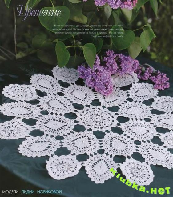 Летняя салфетка из цветов и листьев