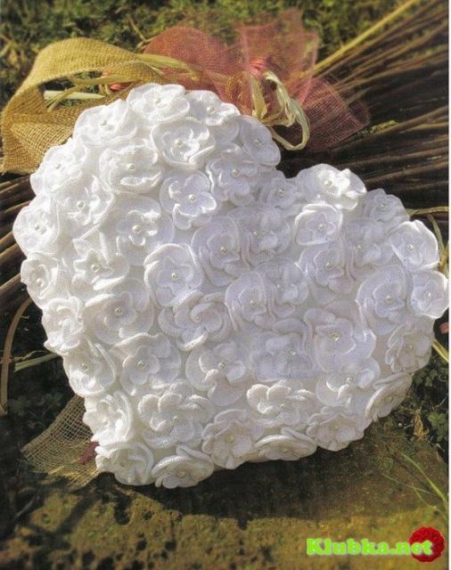 Подушка-сердце из цветов крючком