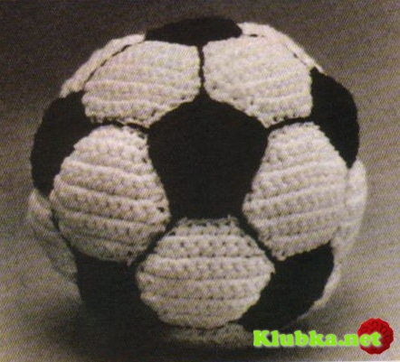 Футбольный мяч, связанный крючком