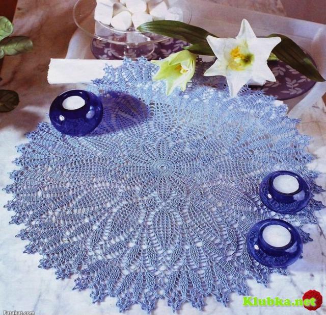 Голубая ажурная салфетка