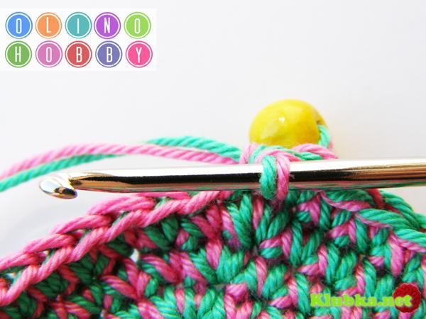 Вязаный мячик с бусинами (тактильная игрушка)