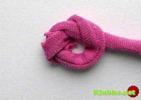 Коврик из обвязанных крючком полосок ткани