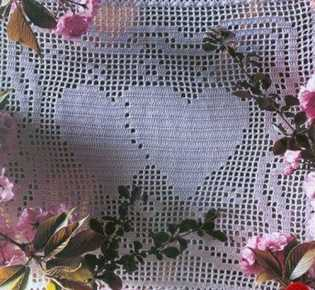 Салфетки с сердечками в филейной технике