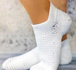 Белые носочки крючком