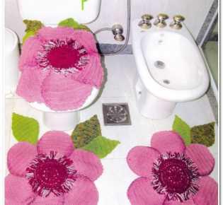 Розовые цветы в туалетную комнату.